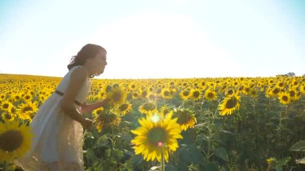 Glückliche Kleine Mädchen Kostenlos Durchs Feld Mit Sonnenblumen Glücklich Laufen Slow Motion Lifestyle Video Riechen Sie Große Sonnenblume Auf Sommerwiese Freude Der Einen Angenehmen Geruch