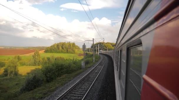 Vagony mimo vlak jezdit po kolejích poblíž lesní železnice. zpomalené video. Vlak s kočáry se pohybuje u lesa. koncepce Železniční vagóny a životní styl jízdy vlaku