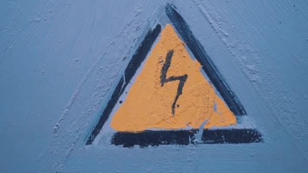 Gefahrenzeichen Strom. Grunge Hochspannungs Schild über blauen Wand Hintergrund. Hochspannung Warnzeichen. Das Kraftwerk mit Transformatoren und Strom-Vertrieb-Lifestyle-Linien-Konzept