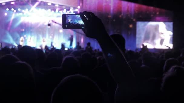 Dav lidí na koncert hudby. Jásající dav před světlé barevné MXC. siluety koncert přivábení životní styl přední světla jasná fáze. dav lidí na koncert koncept
