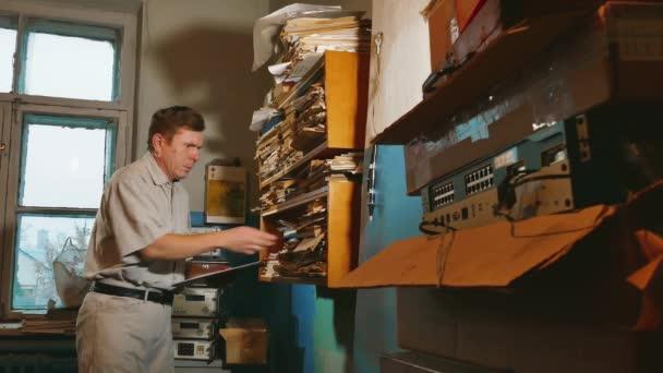 Starý muž účetní v staré kanceláři zkoumá papír hlášení dokumenty. starý obchodník profesionální pracovní úřad. staré životní styl podnikatel účetní pojmy