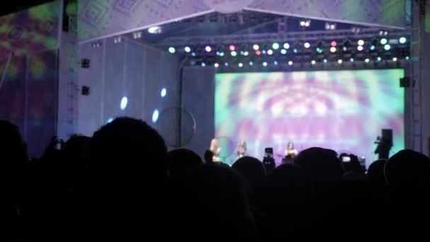 Dav lidí na koncert hudby. Jásající dav před světlé barevné MXC. siluety koncert dav před světlé fázi světla. dav lidí na koncert životní styl koncept