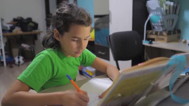 kislányom lány csinál házi oktatási tanulság iskola. Slow motion videót. előkészítés, vissza az iskolába. kislány tanulmány, egy könyv. közoktatás gyerekek családi életmód fogalma