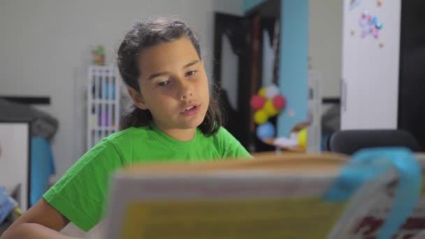 malá dívka dcera dělat domácí úkoly vzdělávací lekce školy. zpomalené video životní styl. Příprava do školy. malá studie s knihou. školní děti koncepce vzdělávání