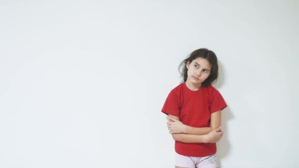 Bambina triste e depressa in piedi dal muro. emozioni: ragazza bambini tristi. Bambina che vivendo la sofferenza lifestyle concept