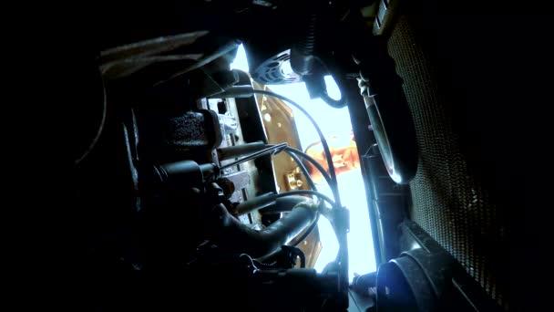 Mann öffnet Motorhaube Reparatur nimmt die Schlüssel zum Auto Panne auf der Straße. Autopanne auf der Straße. ein Unfall auf einer Reise eine Panne Lebensstil Auto-Konzept Reparatur