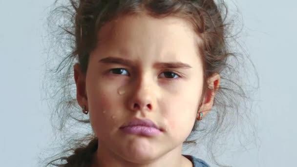 Bambina triste e depressa, vale la pena piangere su sfondo bianco. lacrime di flusso piccola ragazza triste. concetto di lifestyle di ragazza adolescente triste depressione