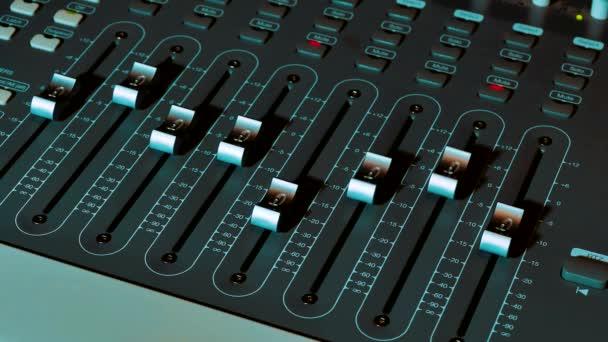 Míchání hudebních audio Concept Studio. Hudba, lidi technologií a zařízení koncepce - šťastný muž na mixážní pult ve zvuku nahrávání studio lifestyle. Vzdálené ovládání povrch Midi