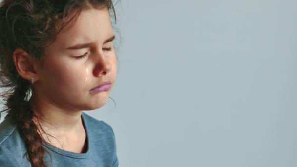 Bambina triste e depressa, vale la pena piangere su sfondo bianco. lacrime di flusso piccola ragazza triste. stile di vita di ragazza adolescente triste depressione concetto