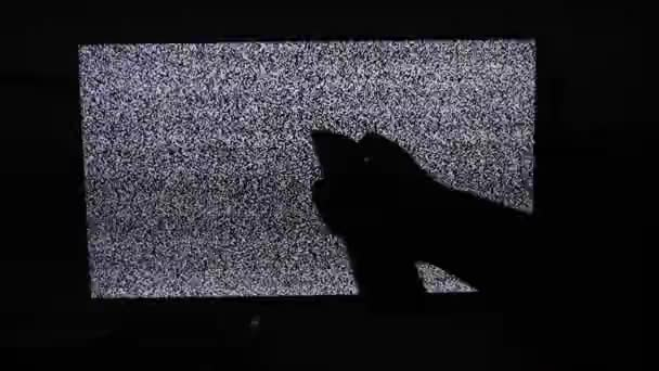 kézi kapcsoló csatornák nem férfi életmód zaj televíziós háttérrel. Statikus zaj okozta rossz vételnek televízió képernyőjén. A statikus zaj okozta rossz vételnek televízió-képernyőn