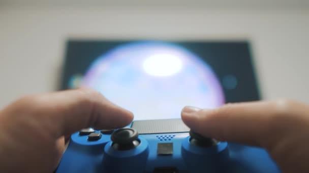 A srác fiú játszik a vezérlő botkormány gamepad a konzol számítógép. A videojátékok. online játékok internetes játékvezérlő konzol játék videó. ember kezében életmód joystick koncepció