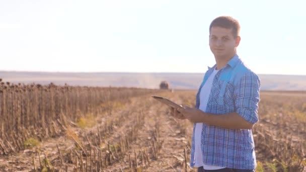 Farmář Smart zemědělské práce člověka číst nebo analýzy sklizeň slunečnice životního stylu sestavu v tabletovém počítači na poli zemědělství s vintage tón slunečního záření. sklízecí mlátičky, pluhy pole