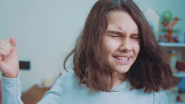 Schulmädchen bedeckt ihr Gesicht mit den Händen. Emotionale Depression Konzept Kinder. schockierte Panik kleines Mädchen schreit in Verzweiflung und Frustration. Mädchen Teenager schreit den Mund auf Lebensstil verärgert