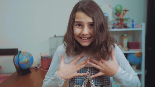 školačka cexperiencing radost štěstí překvapení. děti pozitivní pojetí emocí. zpomalené video. teen dívka překvapen s radost štěstí u vytržení nevěřícně emocionální výraz nadšená. děti
