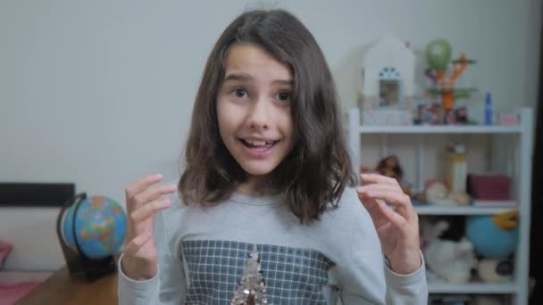 školačka cexperiencing radost štěstí překvapení. děti pozitivní pojetí emocí. zpomalené video. teen dívka překvapen s radost štěstí u vytržení stylu vyjadřování emocí nevěřícně