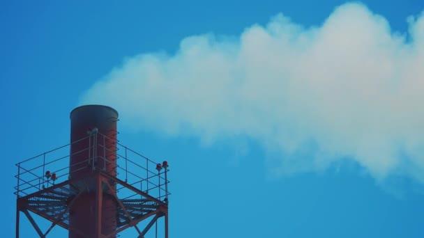 střešní komína životního stylu zimní sníh. komín chemičky. znečištění životního prostředí