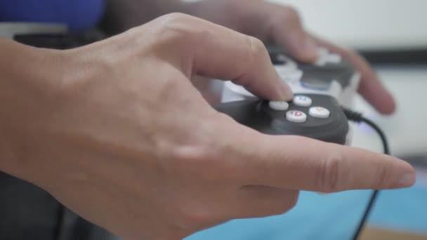 ember fogalma játszik gamepad kezek játékkonzol tv. Kézzel tart játszik játékkonzol tv új joystick. Gamer játék a játékvezérlő-vezérlővel. A játék gazdaság szimulátor böngészhetsz az ember. Az a személy