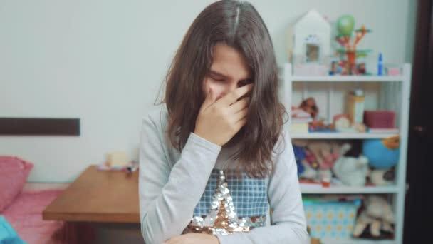 iskolás, amely az arcát a kezével. érzelem depresszió fogalmát gyermekek. Sokkolta a pánik kis lány sikoltozik a kétségbeesés és a frusztrációt. lány tinédzser sikolyok nyitotta meg az ő száj ideges. lassú