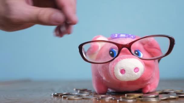 Banca Piggy con il concetto di vetro ragioniere finanziere. Passo di pila pila soldi crescita denaro e banca piggy. Risparmio di concetto con la banca piggy e monete impilate. Piggy bank tra pile di oro e