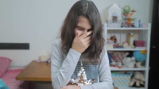 Schulmädchen bedeckt ihr Gesicht mit den Händen. Emotionale Depression Konzept Kinder. schockierte Panik kleines Mädchen schreit in Verzweiflung und Frustration. Teenager-Schreie öffneten aufgebracht ihren Mund. langsam