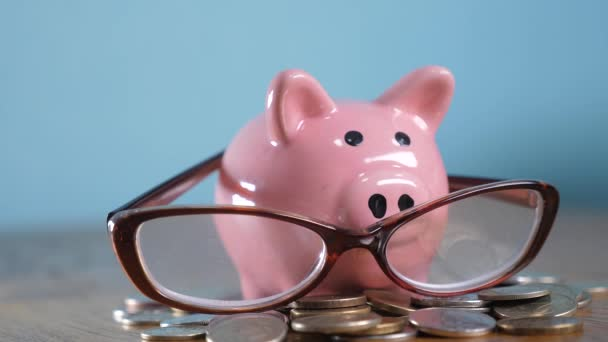 Piggy bank a szemüveg könyvelő pénzember koncepció. Pénz stack halom lépés növekvő pénzt és malacka bank. Koncepció megtakarítások malacka bank és halmozott érméket. Piggy bank közötti halom arany és