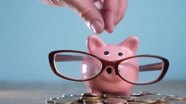 Prasátko s brýlemi účetní finančník konceptu. Peníze zásobníku hromadu krok rostoucí peníze a prasátko. Koncept úspory s prasátko a skládaný mince. Piggy bank mezi hromady zlata a