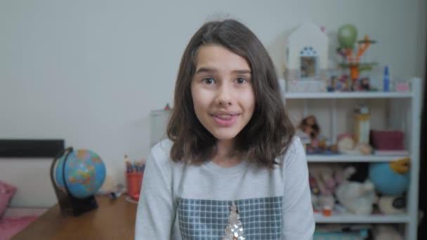 školačka cexperiencing radost štěstí překvapení. děti pozitivní pojetí emocí. zpomalené video. teen dívka překvapen s radostí štěstí u vytržení v nevěřícně životní styl vyjadřování emocí