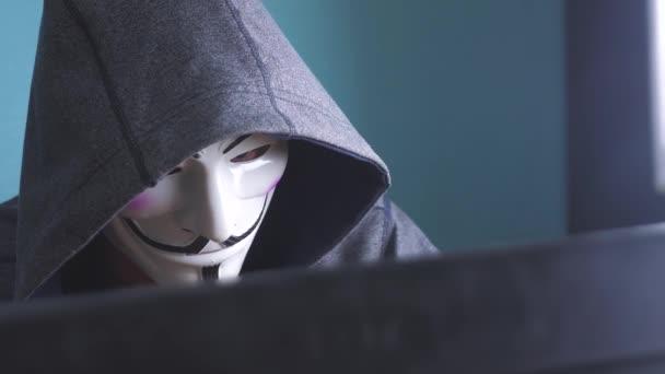 muž v maska hacker v hood virus konceptu. Neznámý hacker trestní rozdělí na ochranu počítače na životní styl Internet hesla. mužské hacker proniká do hack sítě ochrany web