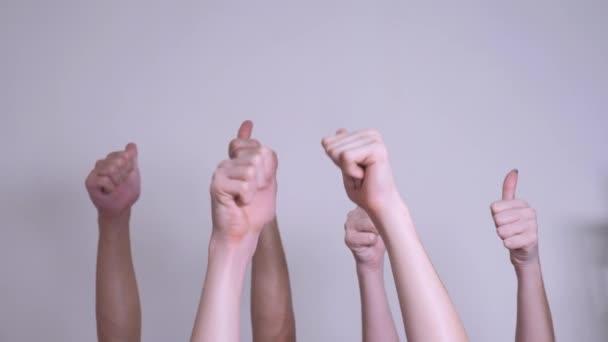 emberek egyetértésével és támogatásával fel ujját fel csapatmunka-szemlélet. tömeg az emberek sok kezet remek-megjelöl kezekkel kifejező egyetértésével és támogatásával. csapatmunka önkéntesség vagy életmód szavazás