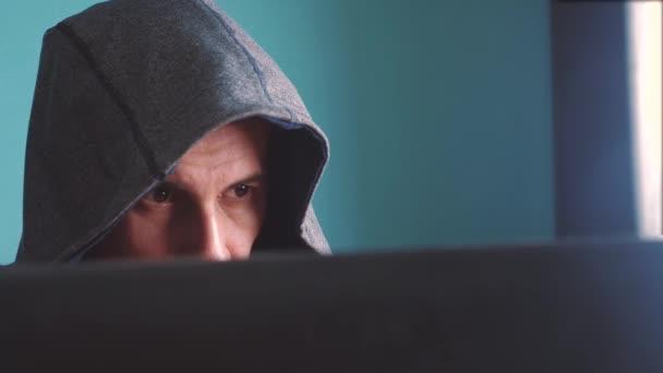 hacker di uomo del concetto di cappa. stile di vita criminale hacker sconosciuto irrompe protezione del computer sulle password di Internet. hacker maschio penetra nella tecnologia anti-phishing di hack rete protezione web
