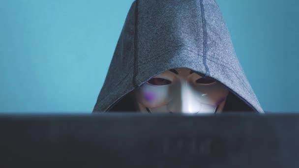 Urjupinsk. Russia - 6 febbraio 2019: hacker mascherati cappuccio hacking della rete - hacker e maschera criminale hacker sconosciuto irrompe nella protezione del computer sulle password di Internet. hacker maschio penetra