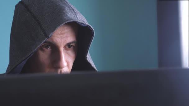 hacker di uomo del concetto di cappa. criminale hacker sconosciuto irrompe protezione computer lifestyle sulle password di Internet. hacker maschio penetra nella tecnologia anti-phishing di hack rete protezione web