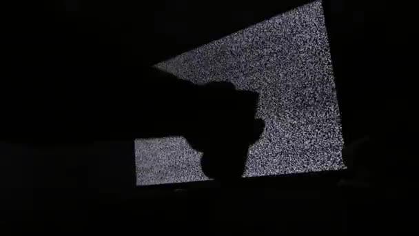 kézi kapcsoló csatornák nem ember zaj televíziós háttérrel. Statikus zaj okozta rossz vételnek televízió képernyőjén. Zaj zavarja a tv képernyőn pixel jel. Televízió képernyőjén életmód