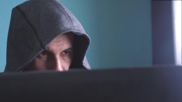 muž hacker v konceptu hood. Neznámý hacker trestní rozdělí životní styl na ochranu počítače na internetu hesla. mužské hacker proniká do hack sítě ochrany web útoku phishing technologie