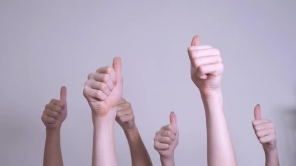 az emberek egyetértéssel és támogatással emelt ujjas csapatmunka koncepciót. tömeg az emberek sok kéz remek kezet kifejező megállapodást és támogatást. az önkéntes munka vagy a szavazati