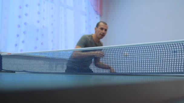 asztalitenisz tenyeres koncepció. Slow motion videót. homályos fókusz ember játszik képzés asztali tenisz életmód aktív sport