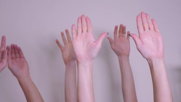 Menschen wählen Teamwork-Konzept. Menschenmassen hoben die Hände und drückten ihre Zustimmung und Unterstützung aus. Freiwilligenarbeit oder Abstimmung einer Teamarbeit
