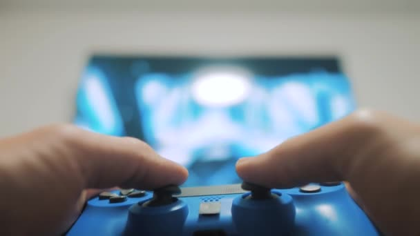 Video-konzol lejátszása a TV-ben. Kézi ragaszkodik új botkormány játék video vigasztal-ra TV. Gamer játék életmód játék gamepad vezérlő. Gaming ember gazdaság szimulátor joypad. Személy, billentyűzettel joystick