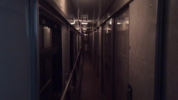 jízdní koncepce železniční jízdy vlaku. výhled do krásného koridoru v autě od nočního přesunu železniční železnice Ruská zima. interiér ve vlastním životním stylu