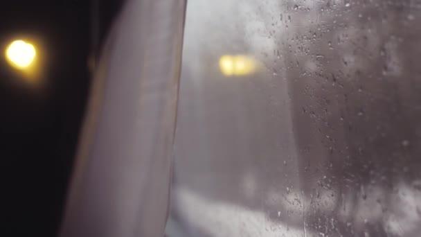 jízdní koncepce jízdy vlakem. jízdy po železnici. Zimní lesní stromy ve stylu Rusko. Výhled z vnitřku kočáru na sklo na okénku. koncepce vnitřní železnice