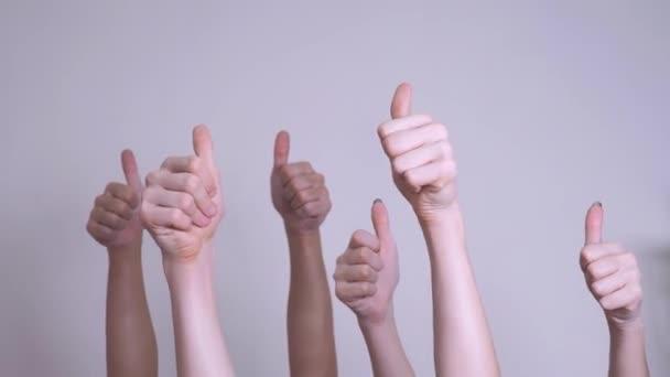 az emberek egyetértéssel és támogatással emelt ujjas csapatmunka koncepciót. tömegben az emberek sok kéz remek kezet kifejező megállapodás és életmód támogatást. önkéntes munka vagy szavazás