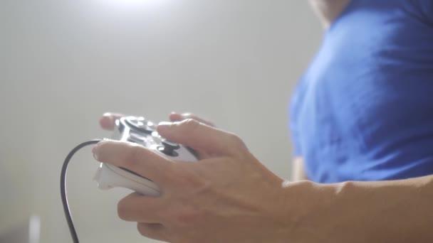 ember fogalma játszik gamepad kezek játékkonzol tv. Gamer játék a játékvezérlő-vezérlővel. Kézzel tart játszik játékkonzol tv új joystick. A játék gazdaság szimulátor böngészhetsz az ember. Az a személy