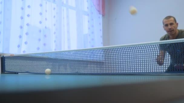 asztalitenisz fonák fogalmát. lassú mozgóvideó. homályos összpontosít ember életmód játék képzés asztali tenisz a sport aktív