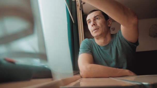 cestování po železnici kouká z okna. cestující životní styl koncepce vlak železniční jízda cestování. video s pomalým pohybem. krásná od okna pohybovým vlakem železnice Ruská zima
