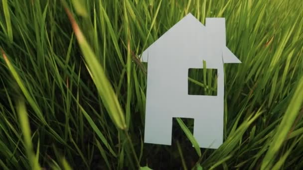 épület boldog családi építőház koncepció. papír ház áll a zöld fű életmód jellegű. szimbólum élet ökológia videó