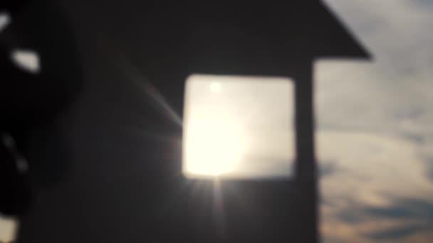 šťastný koncept výstavby rodinných domů. Muž, který drží doma papírový domek ve svém životním stylu za slunečních paprsků slunce. ekologie životní video symbol
