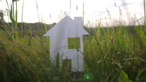 budova šťastný životní styl rodina stavební budova koncept. v zelené trávě v přírodě stánky s papírovým domem. symbol životní ekologie video