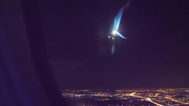 Letecká koncepce letounu vzletu. letadlo odlétá v noci na letišti. přistání v letadle. pohled z okna letadla, ve kterém životní styl vidíte, je křídlo a letiště