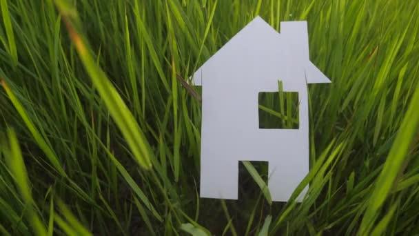 épület boldog családi építőház koncepció. papír életmód ház áll a zöld fű a természetben. szimbólum élet ökológia videó