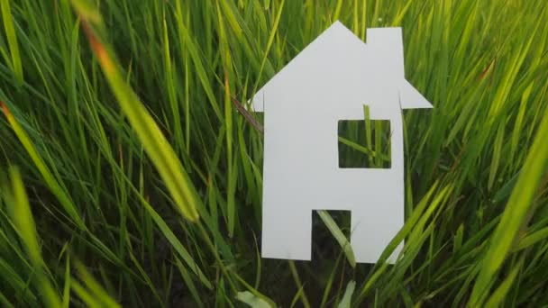 budování šťastného rodinného stavebního domu. životní styl papíru v zelené trávě v přírodě. symbol životní ekologie video